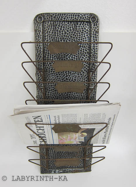 vintage alter wand zeitungshalter metall shabby chic ebay. Black Bedroom Furniture Sets. Home Design Ideas